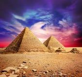 Piramidi e nuvole viola Fotografie Stock Libere da Diritti