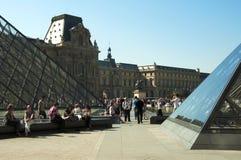 Piramidi e turisti di vetro al museo della feritoia Fotografia Stock