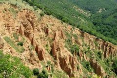 Piramidy Stobskie of Stob's-vorming van de Piramides de ongebruikelijke gestalte gegeven rode en gele rots Stock Afbeelding