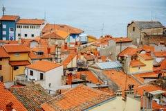 PIRAN, ESLOVÊNIA - 19 DE JULHO DE 2013: opinião bonita da cidade com os telhados vermelhos em Piran, Eslovênia Fotografia de Stock