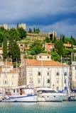 PIRAN, ESLOVENIA - 19 DE JULIO DE 2013: opinión hermosa del puerto del verano en Piran, Eslovenia Foto de archivo libre de regalías