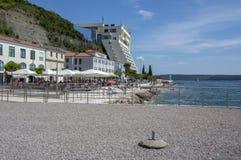 Piran, Portoroz/ESLOVENIA - 24 de junio de 2018: Costa costa con la gente, los restaurantes y los hoteles, día de verano hermoso imagen de archivo
