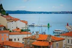 PIRAN, SLOVENIË - 19 JULI 2013: mooie stad en havenmening in Piran, Slovenië Stock Afbeelding