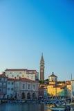 PIRAN, SLOVENIË - 19 JULI 2013: mooie stad en havenmening in Piran, Slovenië Royalty-vrije Stock Foto