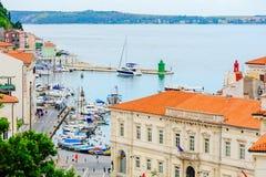 PIRAN, SLOVENIË - 19 JULI 2013: mooie stad en havenmening in Piran, Slovenië Royalty-vrije Stock Fotografie
