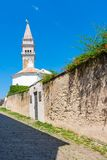 Piran Slovenien: Torn av Sten George Parish Church i Piran Forntida kyrka i mitt av den medeltida Slovenien staden Piran är stade royaltyfria bilder