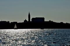 Pirano从海中被看见的` s城市剪影  库存图片