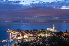 Pirano Piran stad i Slovenien på natten arkivbild