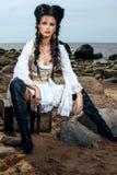 Pirat kobieta siedzi blisko skarb klatki piersiowej zdjęcie stock