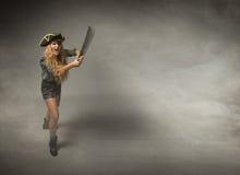 Pirata aggressivo colpito con la grande spada immagini stock libere da diritti