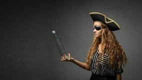 Pirata che cerca messagge in una bottiglia vuota immagine stock libera da diritti