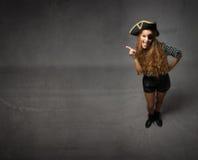 Pirata che mostra lo spazio vuoto della copia fotografia stock libera da diritti