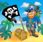 Pirata com a bandeira na praia Imagens de Stock Royalty Free