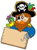 Pirata com a tabela da terra arrendada do papagaio Fotos de Stock