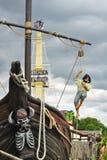 Pirata con el cuchillo en mástil de la nave de la boca que sube Imagen de archivo