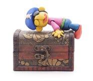 Pirata da massa de modelar na arca do tesouro fotografia de stock royalty free