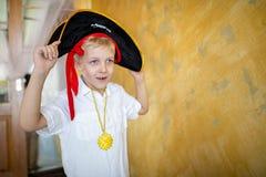 Pirata del muchacho que se prepara para el día de fiesta Halloween fotografía de archivo