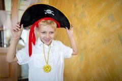 Pirata del muchacho que se prepara para el día de fiesta Halloween fotografía de archivo libre de regalías