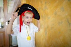 Pirata del muchacho que se prepara para el día de fiesta Halloween foto de archivo