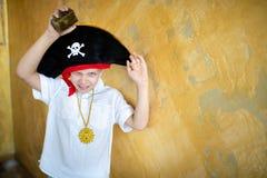 Pirata del muchacho que se prepara para el día de fiesta Halloween fotos de archivo