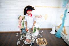 Pirata del muchacho que se prepara para el día de fiesta Halloween imagenes de archivo
