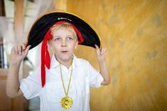 Pirata del muchacho que se prepara para el día de fiesta Halloween fotos de archivo libres de regalías