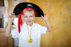 Pirata del muchacho que se prepara para el día de fiesta Halloween imagen de archivo libre de regalías
