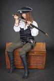 Pirata della donna che si siede sulla cassa Fotografia Stock Libera da Diritti