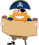 Pirata engraçado que olha o mapa do tesouro Fotos de Stock