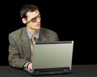 Pirata hombre-ordenador con la computadora portátil Imagenes de archivo