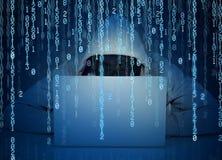 Pirata informático anónimo del hombre que trabaja en un ordenador portátil en un fondo del código binario Imagen de archivo libre de regalías