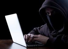 Pirata informático anónimo en la oscuridad Fotografía de archivo