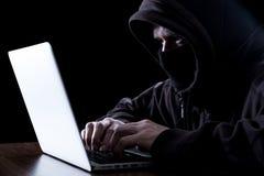 Pirata informático anónimo en la oscuridad Imágenes de archivo libres de regalías