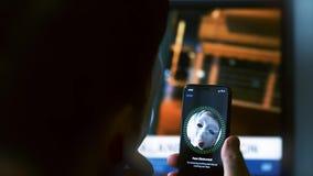 Pirata informático anónimo obstruido cara de la identificación de la cara almacen de video