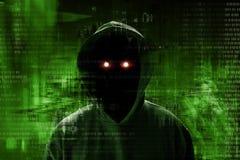 Pirata informático anónimo que se coloca sobre código binario foto de archivo