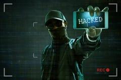 Pirata informático anónimo que sostiene el teléfono móvil imágenes de archivo libres de regalías