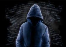 Pirata informático anónimo y código binario imágenes de archivo libres de regalías