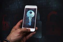Pirata informático cibernético del crimen que usa el teléfono móvil imagen de archivo libre de regalías