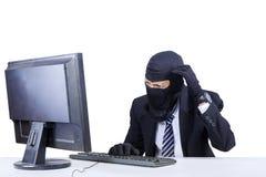Pirata informático confuso en traje de negocios Imagenes de archivo