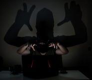Pirata informático de la sombra en la oscuridad fotos de archivo