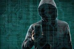 Pirata informático de ordenador anónimo con un smartphone sobre fondo digital abstracto Cara oscura obscurecida en máscara y capi fotografía de archivo libre de regalías