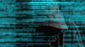 Pirata informático de ordenador anónimo encapuchado anónimo con código programado del monitor almacen de video