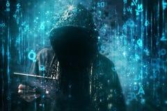Pirata informático de ordenador con sudadera con capucha en el ciberespacio rodeado por código de la matriz fotos de archivo libres de regalías