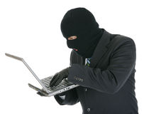 Pirata informático de ordenador - criminal con la computadora portátil