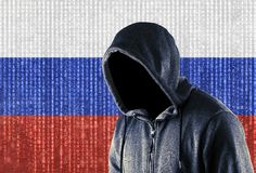 Pirata informático de ordenador encapuchado ruso foto de archivo