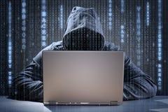 Pirata informático de ordenador que roba datos de un ordenador portátil fotos de archivo libres de regalías