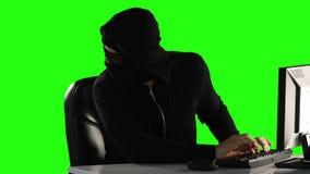 Pirata informático de ordenador que usa el ordenador metrajes