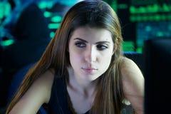 Pirata informático de sexo femenino joven que estudia código con el socio - en - primer del crimen imagen de archivo libre de regalías