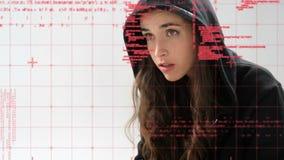 Pirata informático de sexo femenino que usa un ordenador portátil almacen de metraje de vídeo