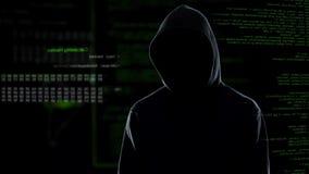 Pirata informático de sexo masculino anónimo en la sudadera con capucha que se coloca delante de código de ordenador animado metrajes